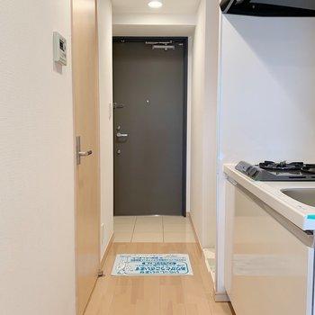 廊下。白、黒、茶の三色統一。※写真は3階の同間取り別部屋のものです