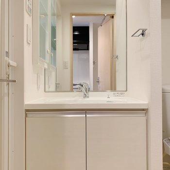 独立洗面台嬉しい!※写真は3階の同間取り別部屋のものです