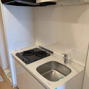 キッチンは一人暮らしには丁度いいサイズ。※写真は3階の同間取り別部屋のものです