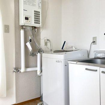 キッチン横には洗濯機!こちらももうついております!