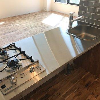 作業スペースがひろい。綺麗にしたくなるキッチンですね。