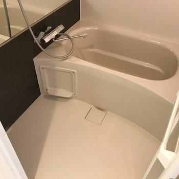 浴室は深めです。のんびり過ごせますね。