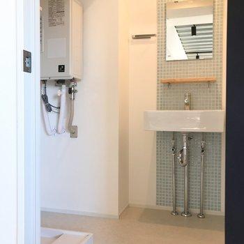 こちらは脱衣スペース。洗面台も細かなタイル!