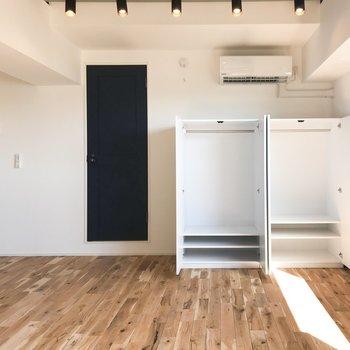 白壁に合わせたシンプルなクローゼット。無垢床に合いますね。