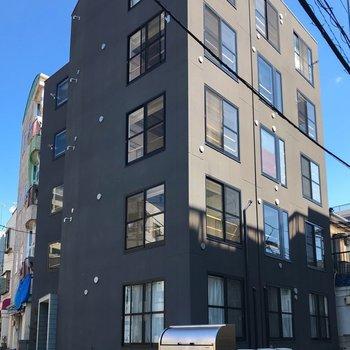 大きな窓が並ぶシンプルなマンション!