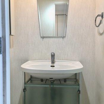 独立洗面台もあります!※写真は13階反転間取り別部屋のものです