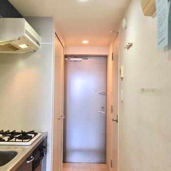 玄関スペースも白基調で爽やか。※写真は13階反転間取り別部屋のものです