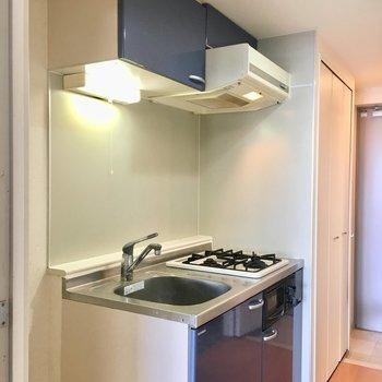 キッチンの色使いも可愛い。※写真は13階反転間取り別部屋のものです