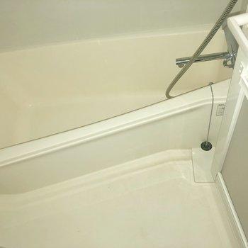 お風呂三角形!めずらしいですね〜※写真はクリーニング前・10階同間取り別部屋のものです