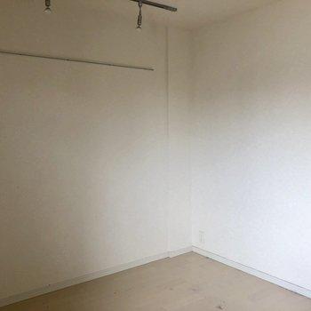 正方形の居室なので、広々としています!※写真はクリーニング前・10階同間取り別部屋のものです