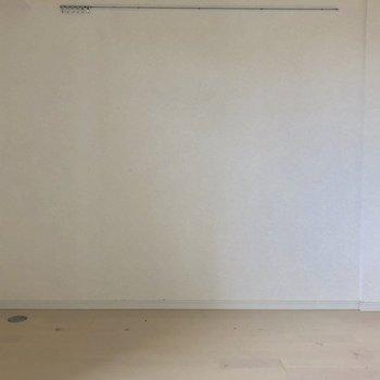 壁一面に、どんな家具を並べよう、、。※写真はクリーニング前・10階同間取り別部屋のものです
