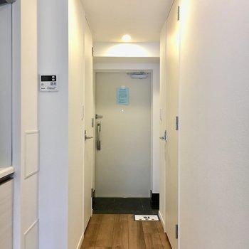 廊下にも綺麗なフローリング。※写真は4階同間取り別部屋のものです