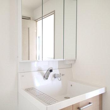 洗面台も木目が良い感じ。※写真は7階同間取り別部屋のものです