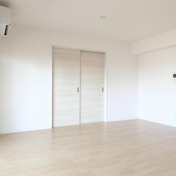 奥の引き戸から隣のお部屋にいけますよ。※写真は7階同間取り別部屋のものです