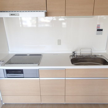 収納たっぷりキッチンはIHで使いやすそう。※写真は7階同間取り別部屋のものです