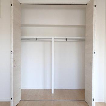 こちらはリビング横のお部屋のクローゼット。※写真は7階同間取り別部屋のものです