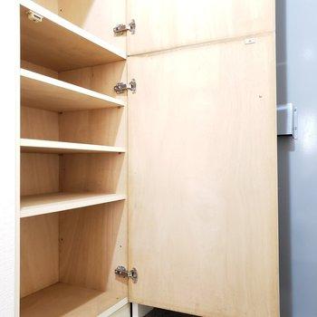 木製のシューズボックス。大きすぎず小さすぎずかな!※写真は7階の反転間取り別部屋のものです