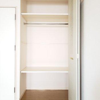 上にはバッグを置いて、真ん中には服をかけて、下には靴や小物を置こう!※写真は7階の反転間取り別部屋のものです