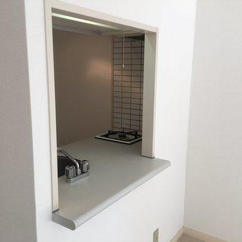 キッチンから外が見えます。※写真は4階の反転間取り別部屋のものです