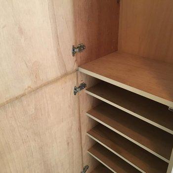 たくさん入るシューズボックスと棚があります。※写真は4階の反転間取り別部屋のものです