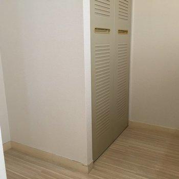冷蔵庫スペースは手前です。隣は洗濯機置き場。※写真は4階の反転間取り別部屋のものです