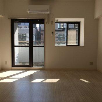 ゆったりとしたシンプルなリビング。小窓が可愛い。※写真は4階の反転間取り別部屋のものです