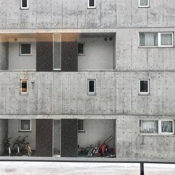 眺望はお向かえのマンション!※写真は同間取り別部屋です