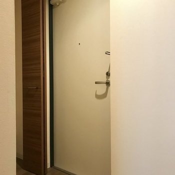玄関はこちら。※写真は同間取り別部屋です