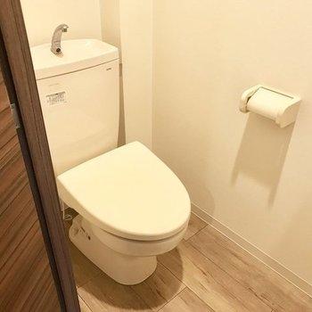 トイレは落ち着く感じ◎※写真は同間取り別部屋です