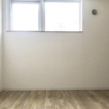 窓は高い位置に※写真は同間取り別部屋です