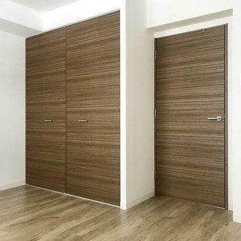下に降りると寝室2つに脱衣所が!※写真は同間取り別部屋です