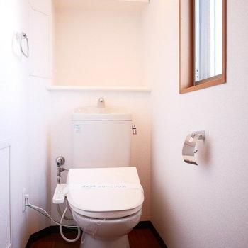 トイレも窓があって明るい!