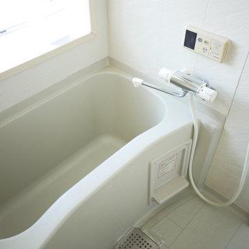 浴室は窓があって開放感がありますね◎