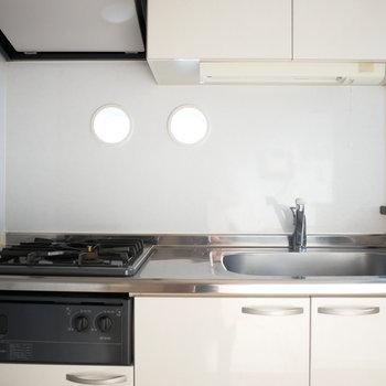 キッチンに丸い明かり採りがあります。かわいいですね◎