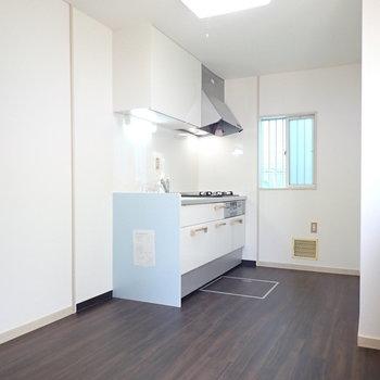 キッチンは反対側に、ここにもライトブルーが使われています。