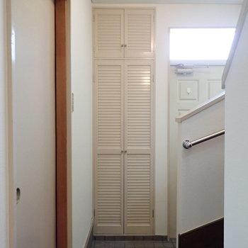 玄関のシューズボックスの扉はレトロな雰囲気。