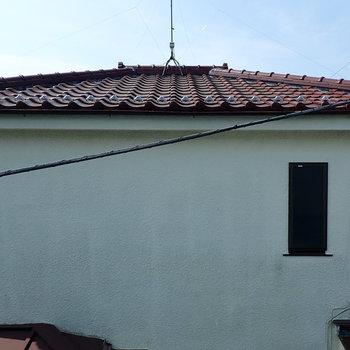 【洋室6帖】隣のお家の屋根ですね。