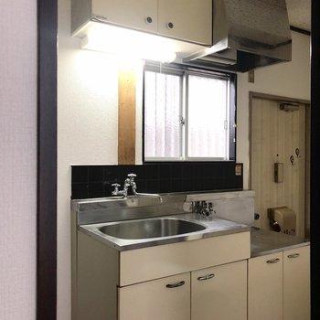 窓がある明るいキッチン。左には冷蔵庫を置くスペースもあります。