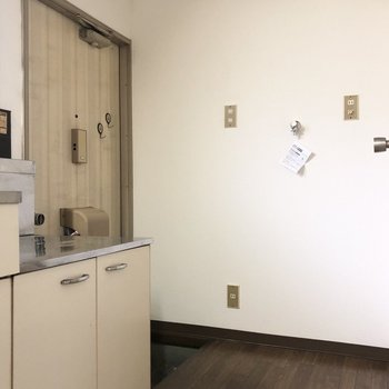 洗濯機置き場は入ってすぐの所に。室内にあるのは嬉しいですね。