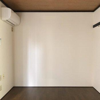 壁にはピクチャーレールがあります。エアコンも完備していますよ。