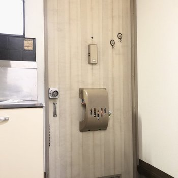 玄関は少し高さがあります。シューズボックスは無いのでドアの上に棚などを付けると良いかな。