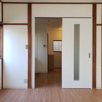 白い壁とフローリングでシンプル。