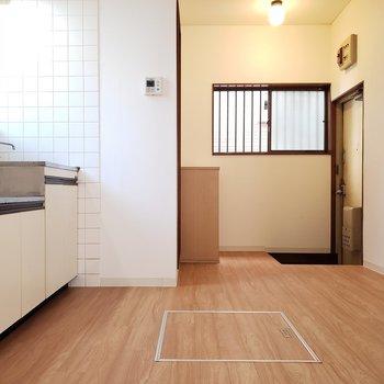 ダイニングキッチンにも小窓が。