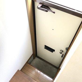 玄関・・・おぉ!シューズBOXはないので別に収納を作ろう。 (※写真は清掃前のものです)