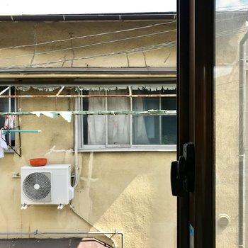 2階の窓からはお向かいさん。なんだか千と◯尋みたい。