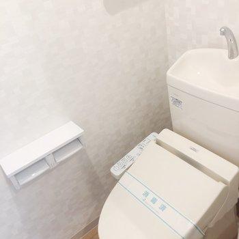 洗濯機の隣に扉一枚隔ててトイレ。