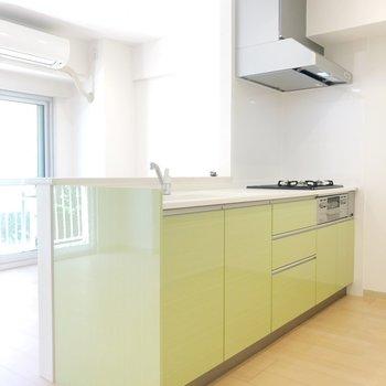 ライトグリーンのキッチンがかわいい