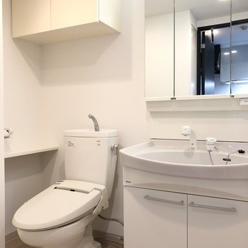 洗面台の鏡を開くと収納スペースが出現!