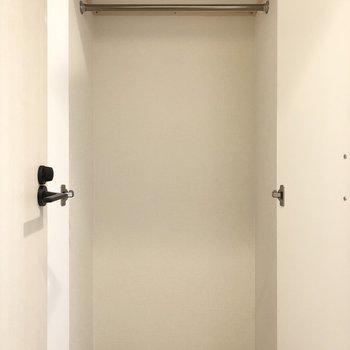 廊下にあるクローゼットです。よく着るコートなどの収納に良さそうですね。