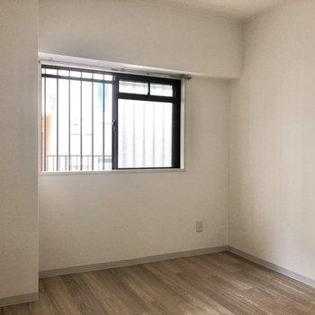 【洋室西側】1面の窓がお部屋を明るくしてくれています。